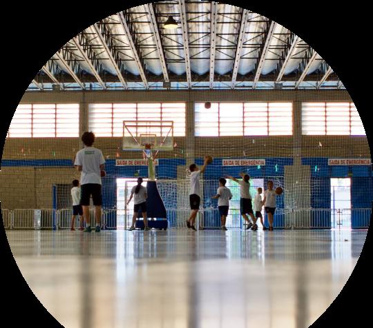 Foto das crianças no centro esportivo Placidina